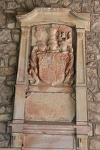 Wappen befindet sich im Torbogen der Burg Krottorf