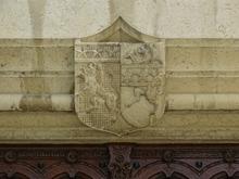 Blason situé en partie supérieure de la porte d'entrée de la Mairie - Cadre contribution Geneawiki → https://fr.geneawiki.com/index.php/01007_-_Ambronay . Prise de vue photographique du 01.08.2019.